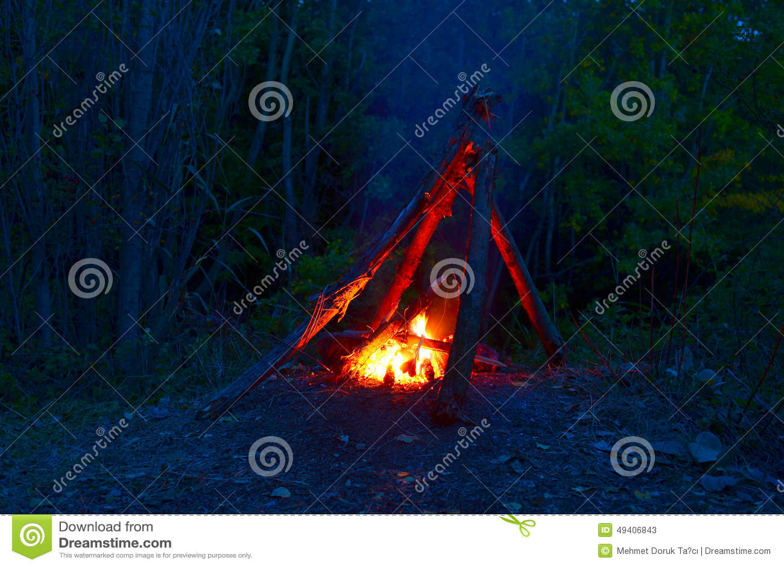 Download Lagerfeuer nachts stockbild. Bild von leuchte, aktiv - 49406843