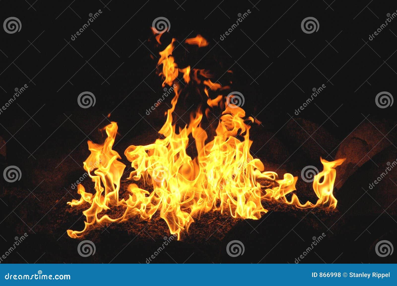 Lagerfeuer Wth türmende Flammen