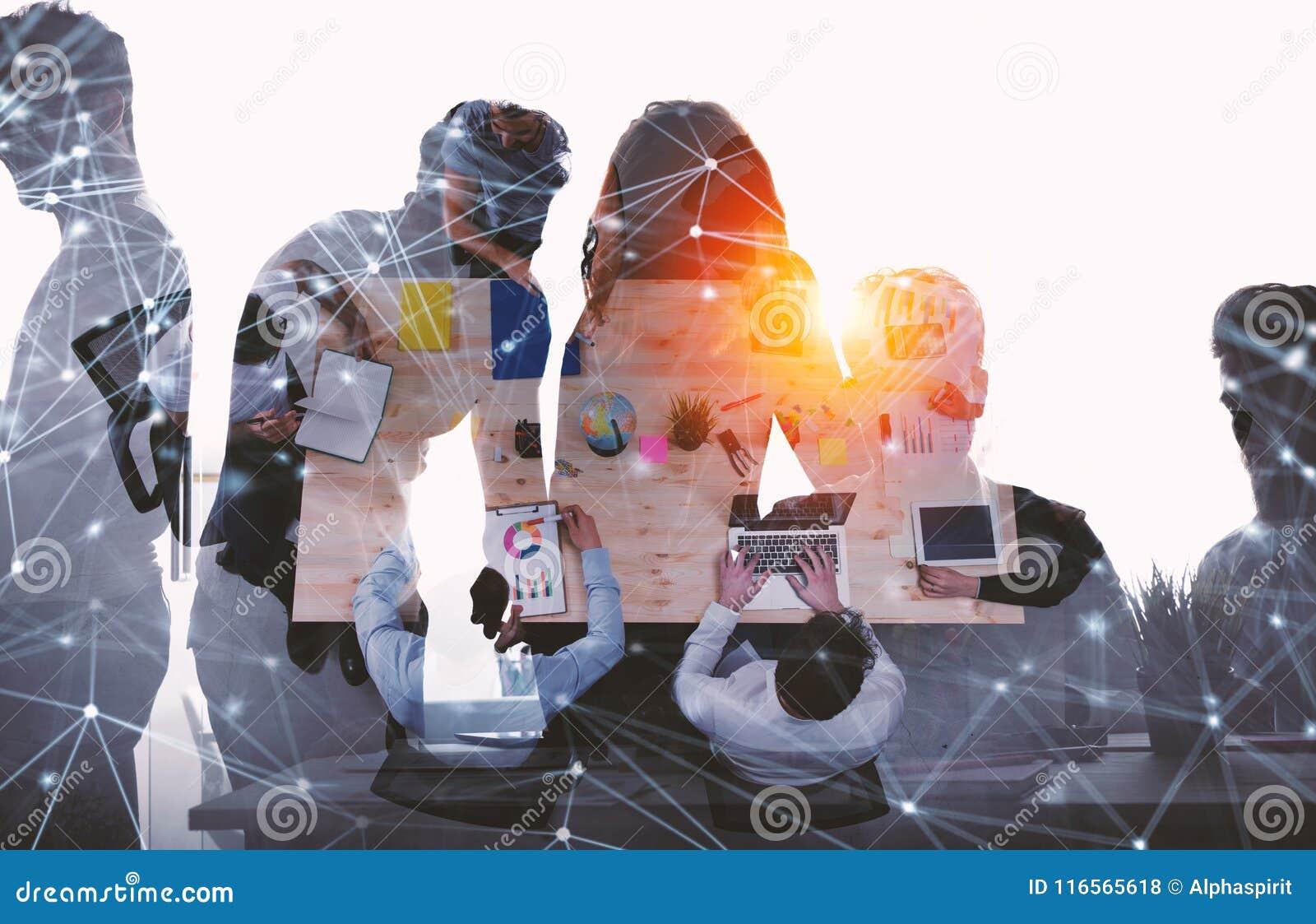Laget av affärsmän arbetar tillsammans i regeringsställning Begrepp av teamwork och partnerskap med nätverkseffekt dubbel exponer