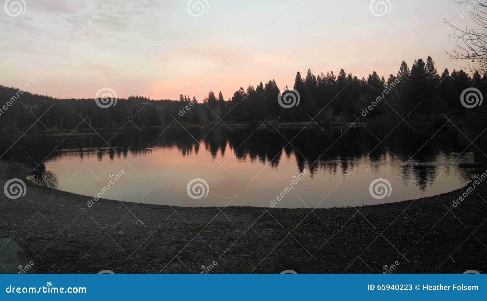 Lago al crepuscolo