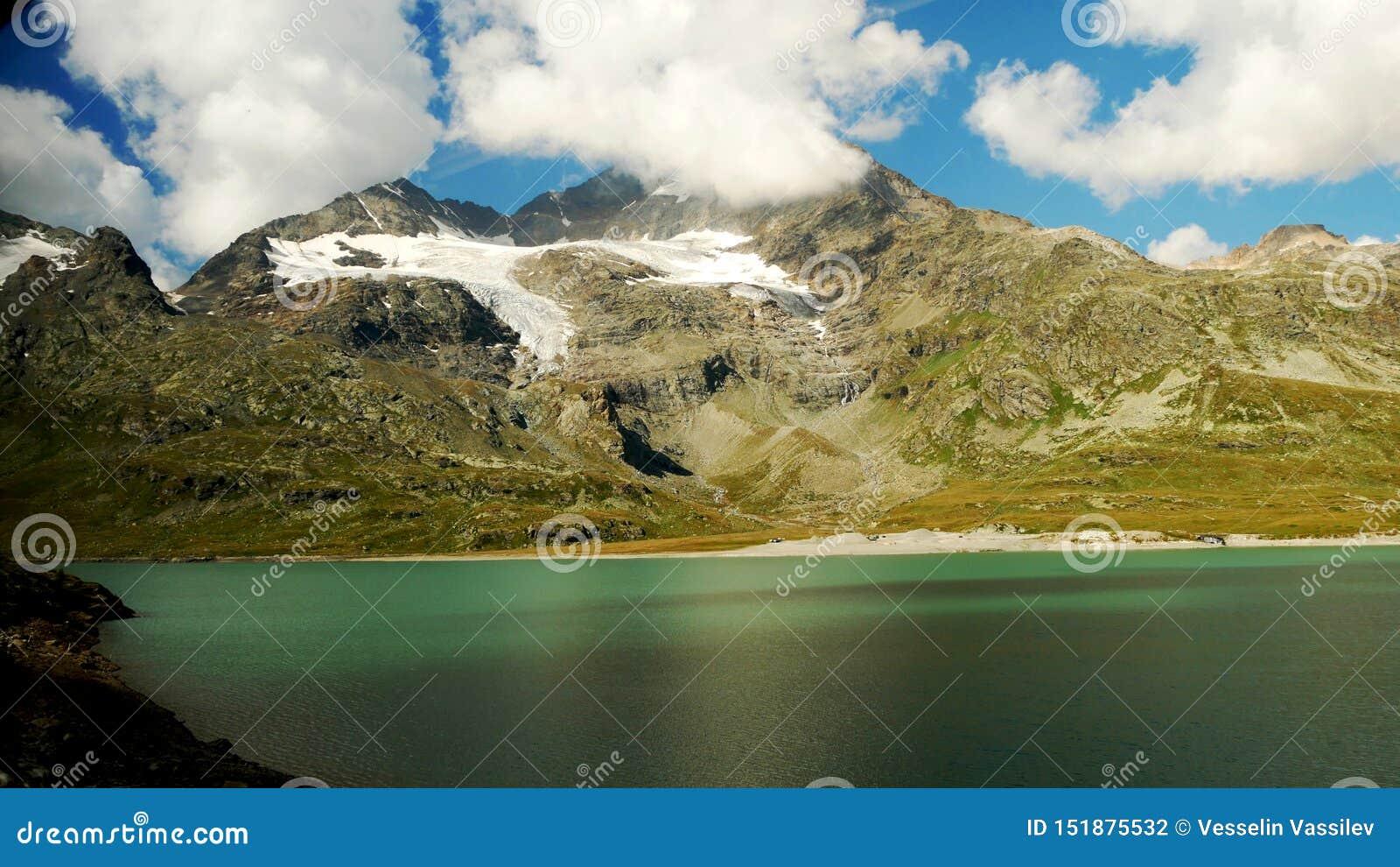 Lago alpino suizo y luz y colores increíbles