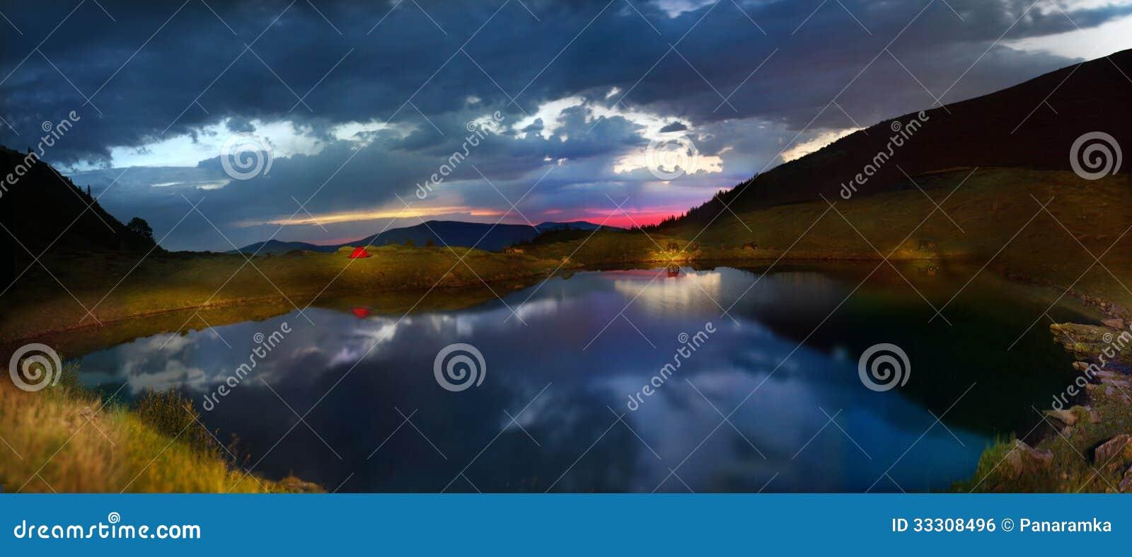 Lago alpino sulla cresta Vorozheska Svidovets