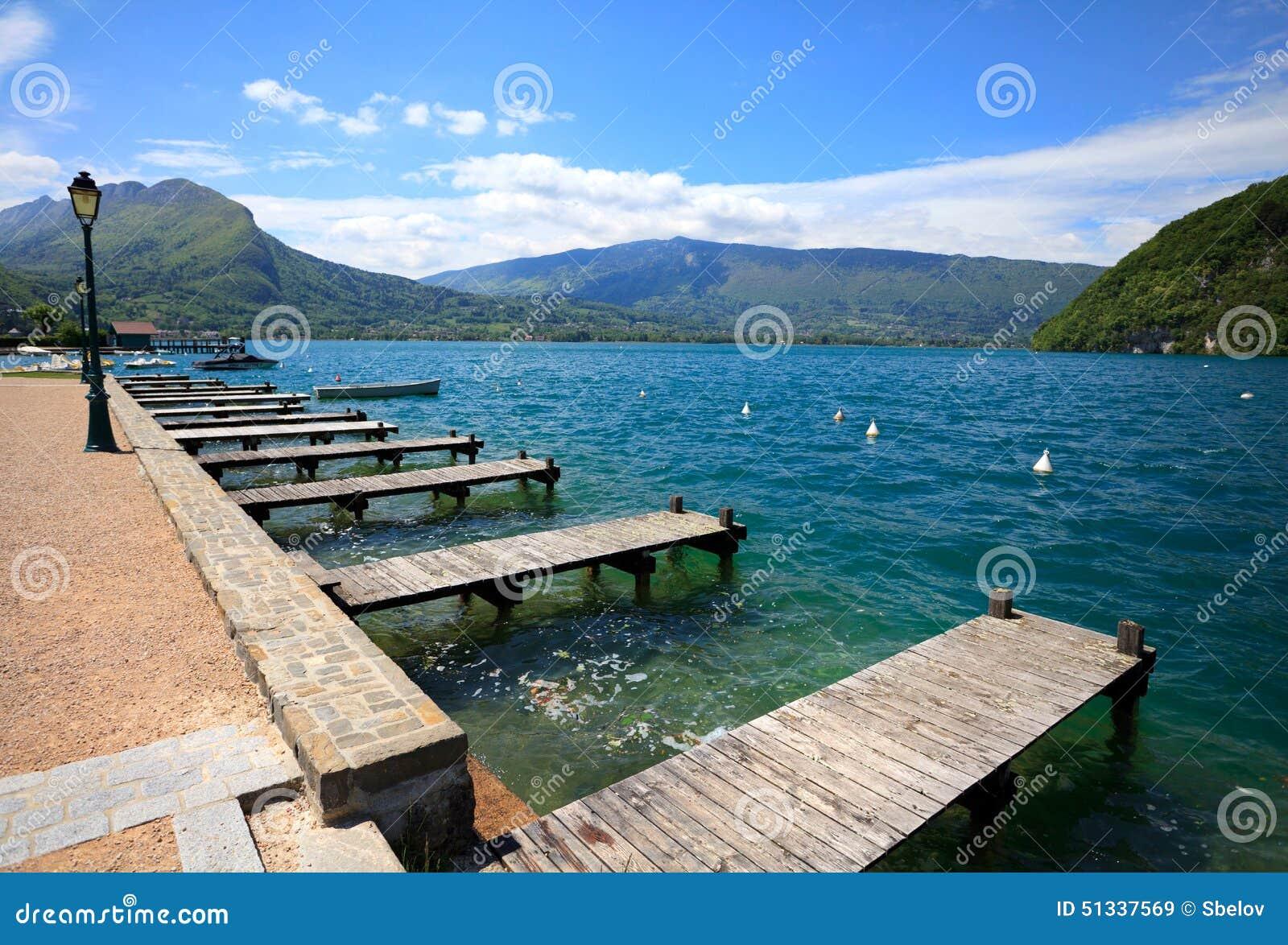 Lago annecy, pontón de madera andlanding la etapa en Veyrier-du-laca