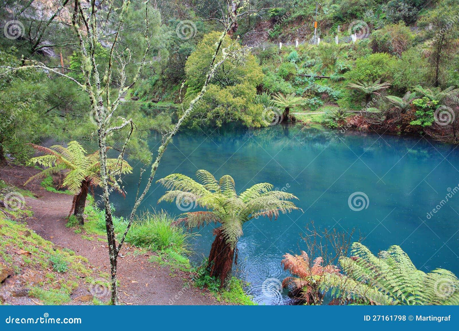 Lago azul em cavernas de Jenolan