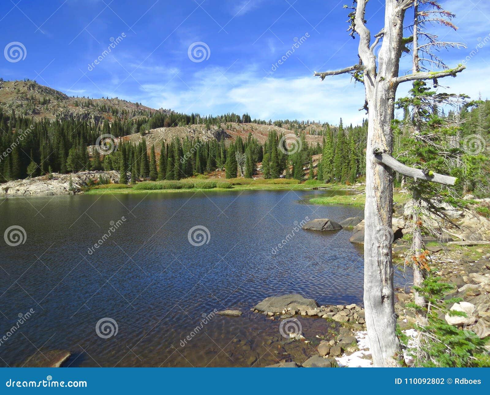 Lago azul en montañas de Idaho