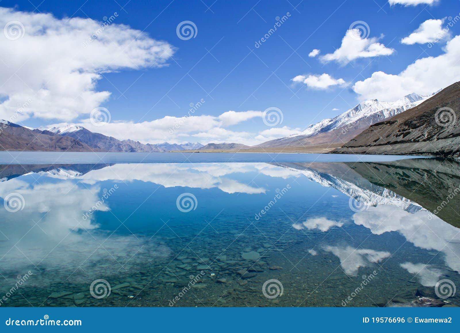 Lago azul nas montanhas