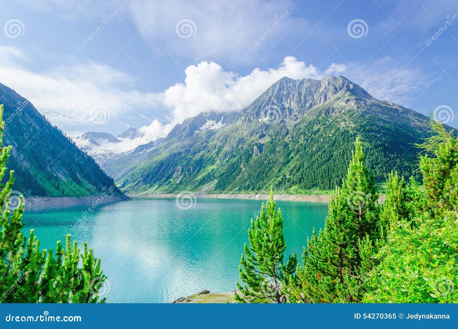 Lago azul y altos picos alpinos, Austria de la montaña