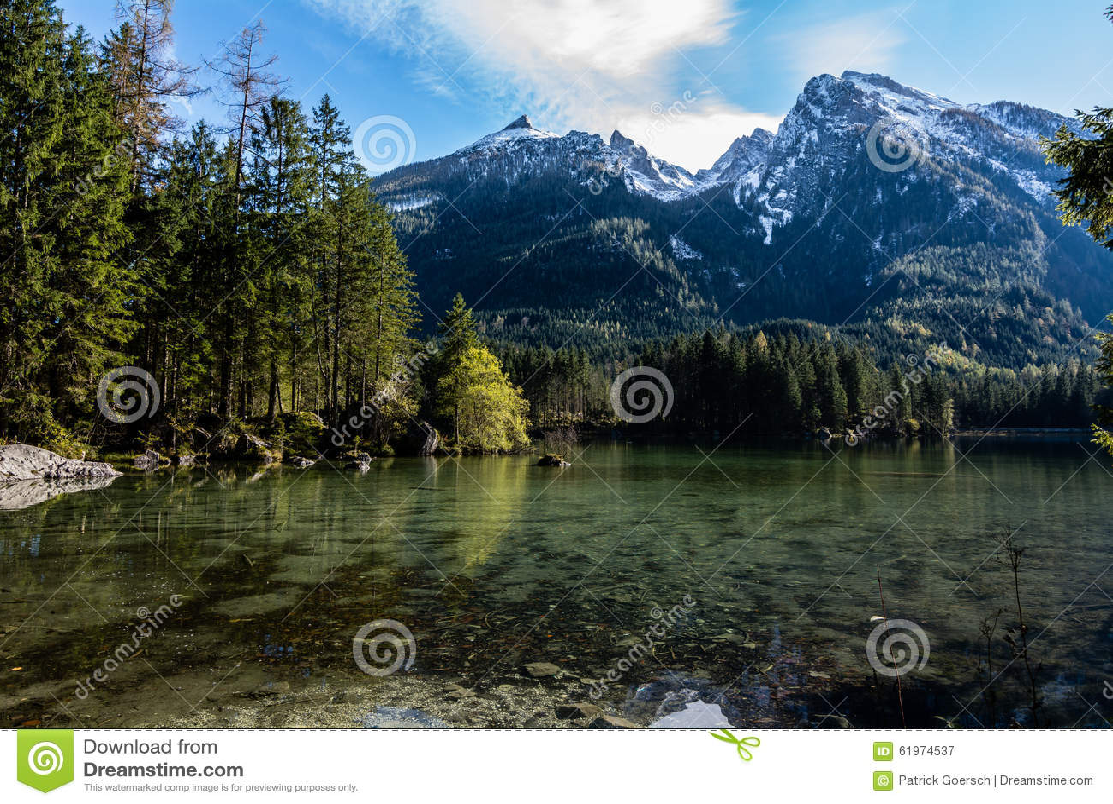 Lago bavarese a Berchtesgaden alle montagne dell alpe