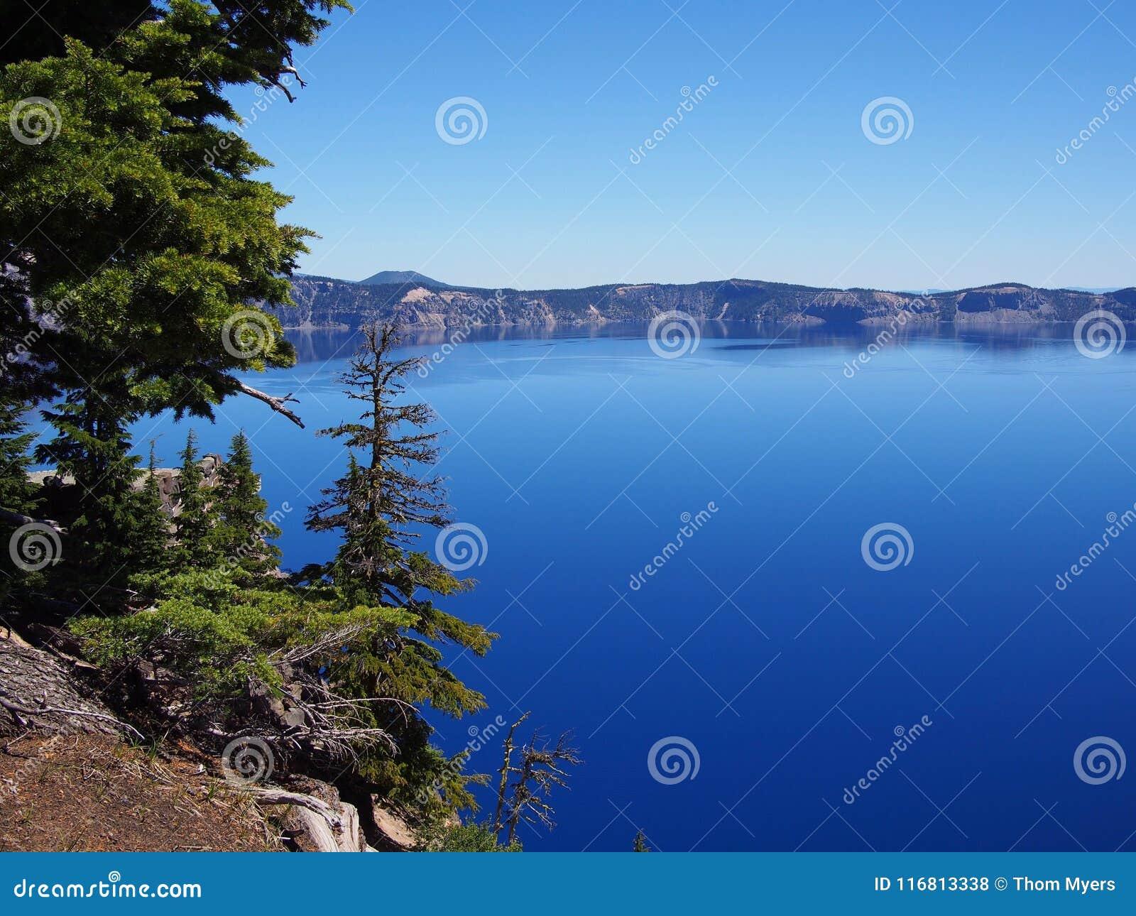 Lago blu profondo del cratere