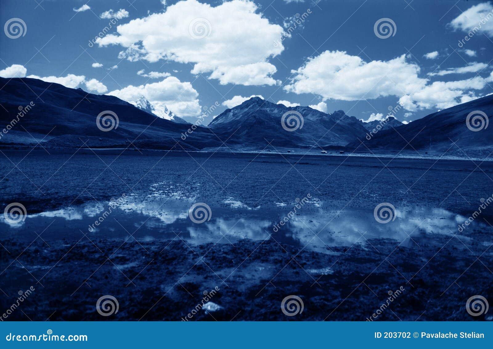 Lago blu sulla regione di Valey Kaca