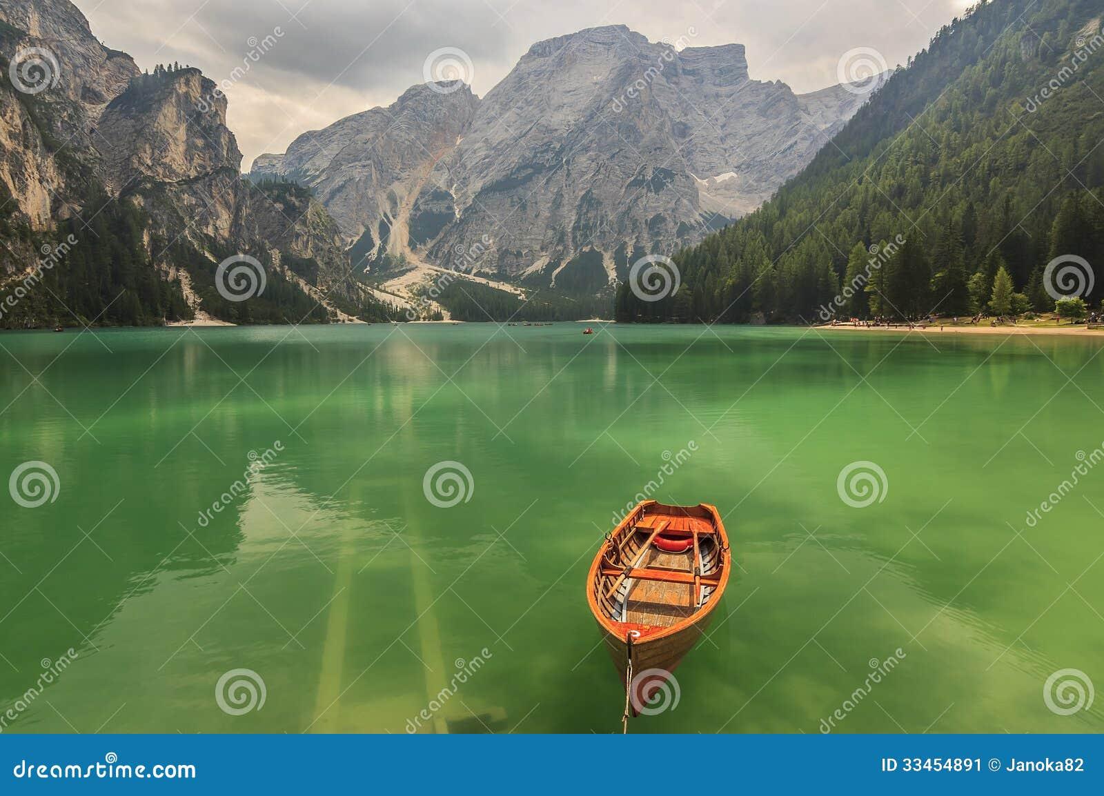 Lago Braies em montanhas em um dia nebuloso, alto de Dolomiti de Trentino