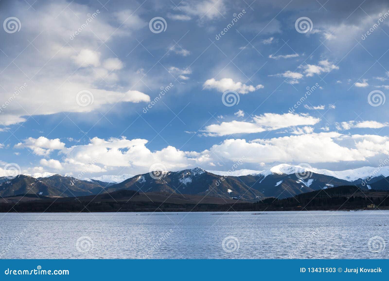 Lago com nuvens