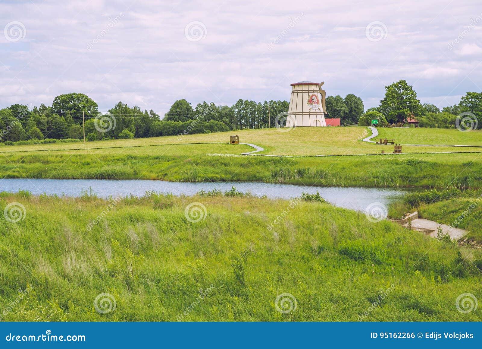Lago con los molinos viejos en Dunte, Letonia Museo de Baron Munchausen