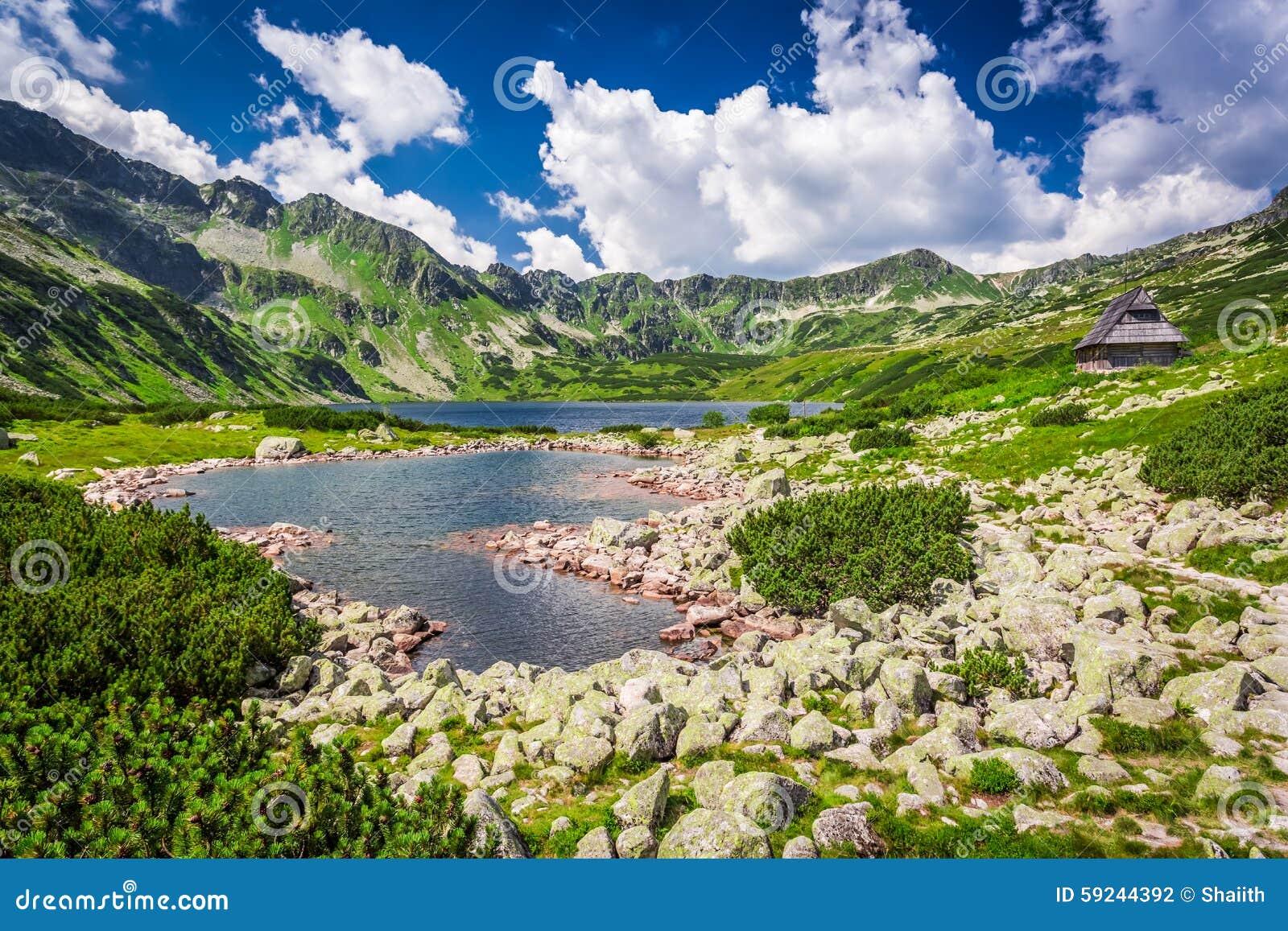 Lago cristalino en las montañas de Tatra