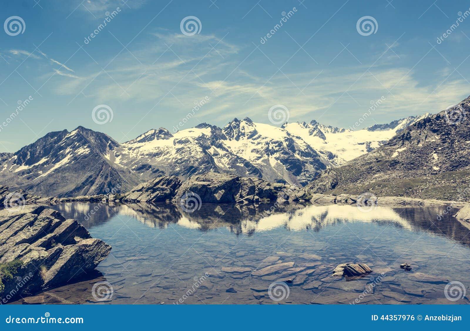 Lago cristallino della montagna