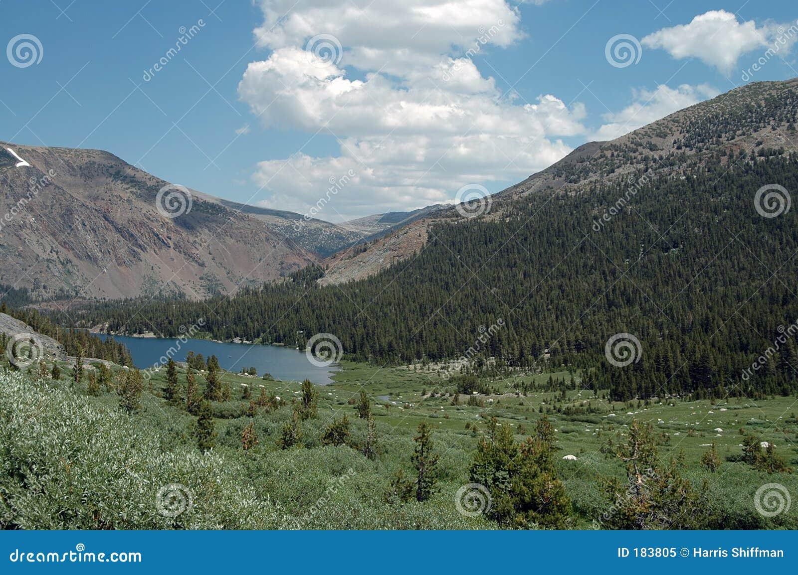 Lago de la alta montaña