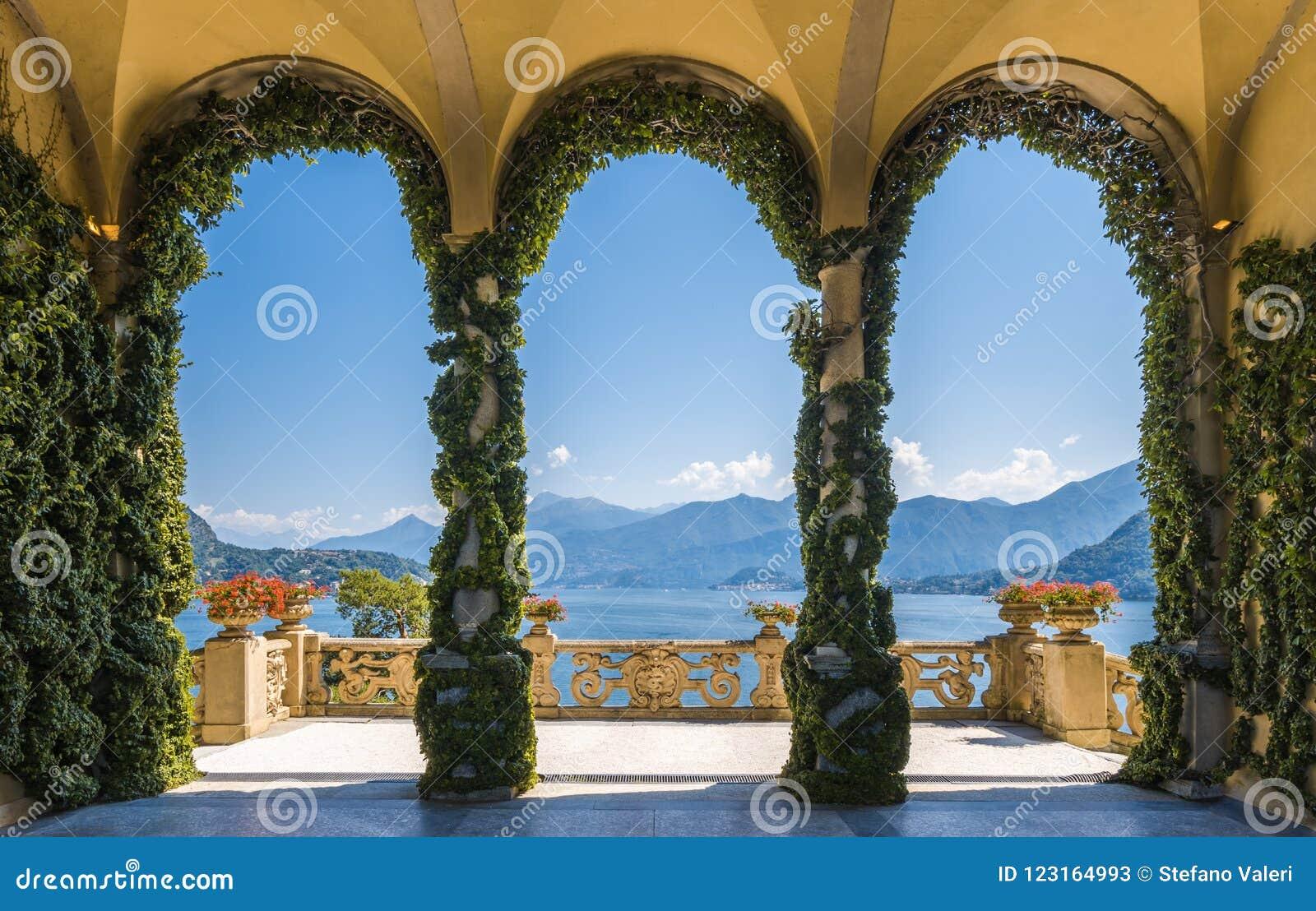 Lago de negligência Como do balcão cênico na Casa de campo famosa del Balbianello, no comune de Lenno Lombardy, Italy