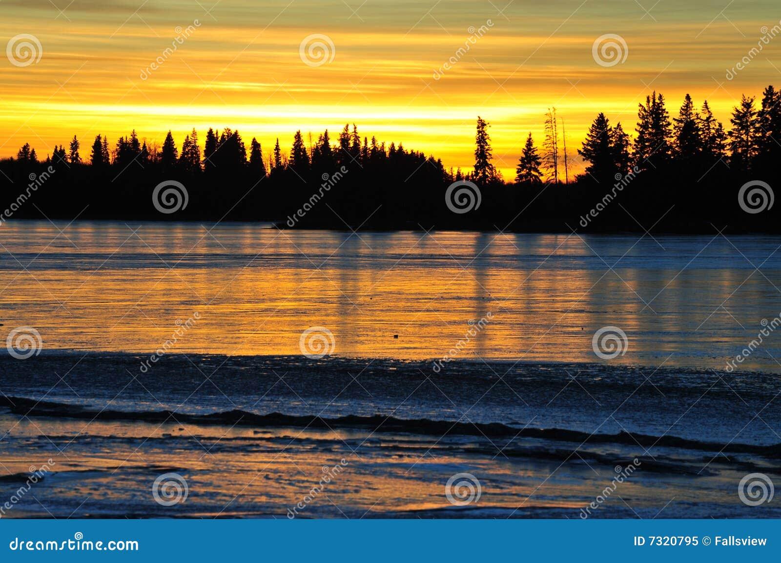 Lago del cielo e del ghiaccio di tramonto