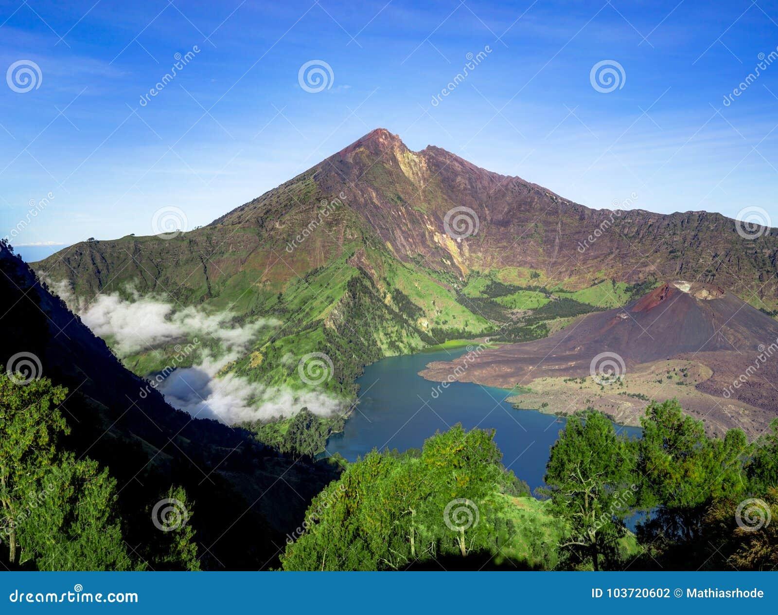 Lago del cratere del vulcano del supporto Rinjani Lombok Indonesia