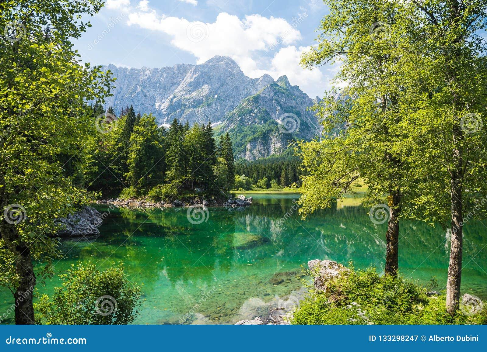 Lago della montagna di estate