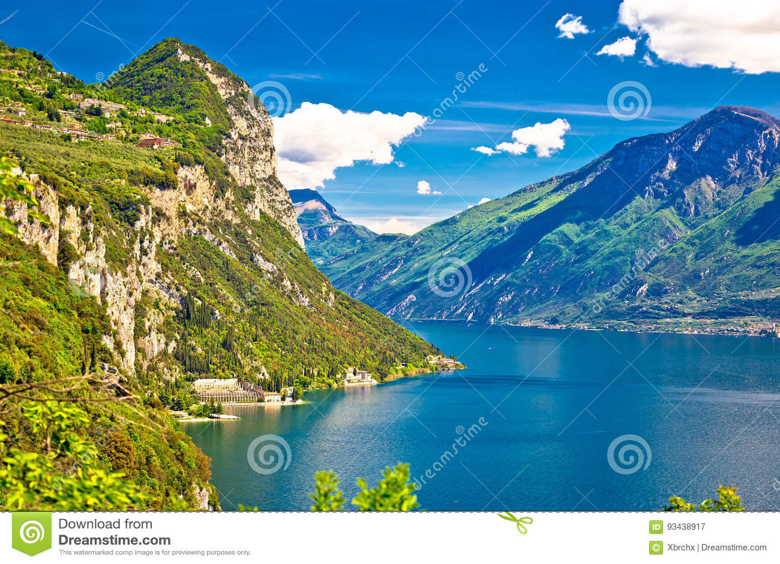 Lago di Garda och sikt för maxima för högt berg