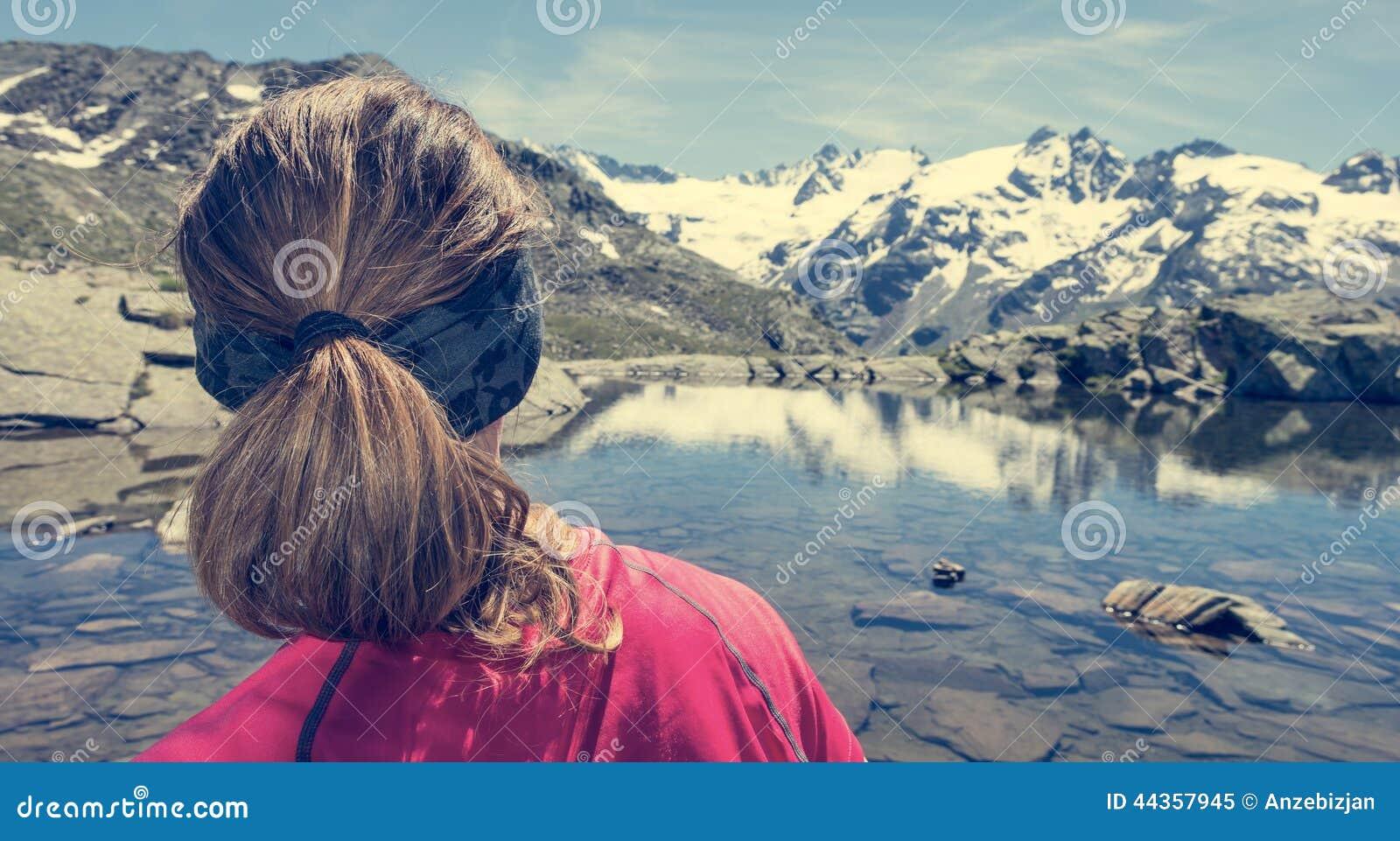 Lago di sorveglianza della montagna della giovane donna