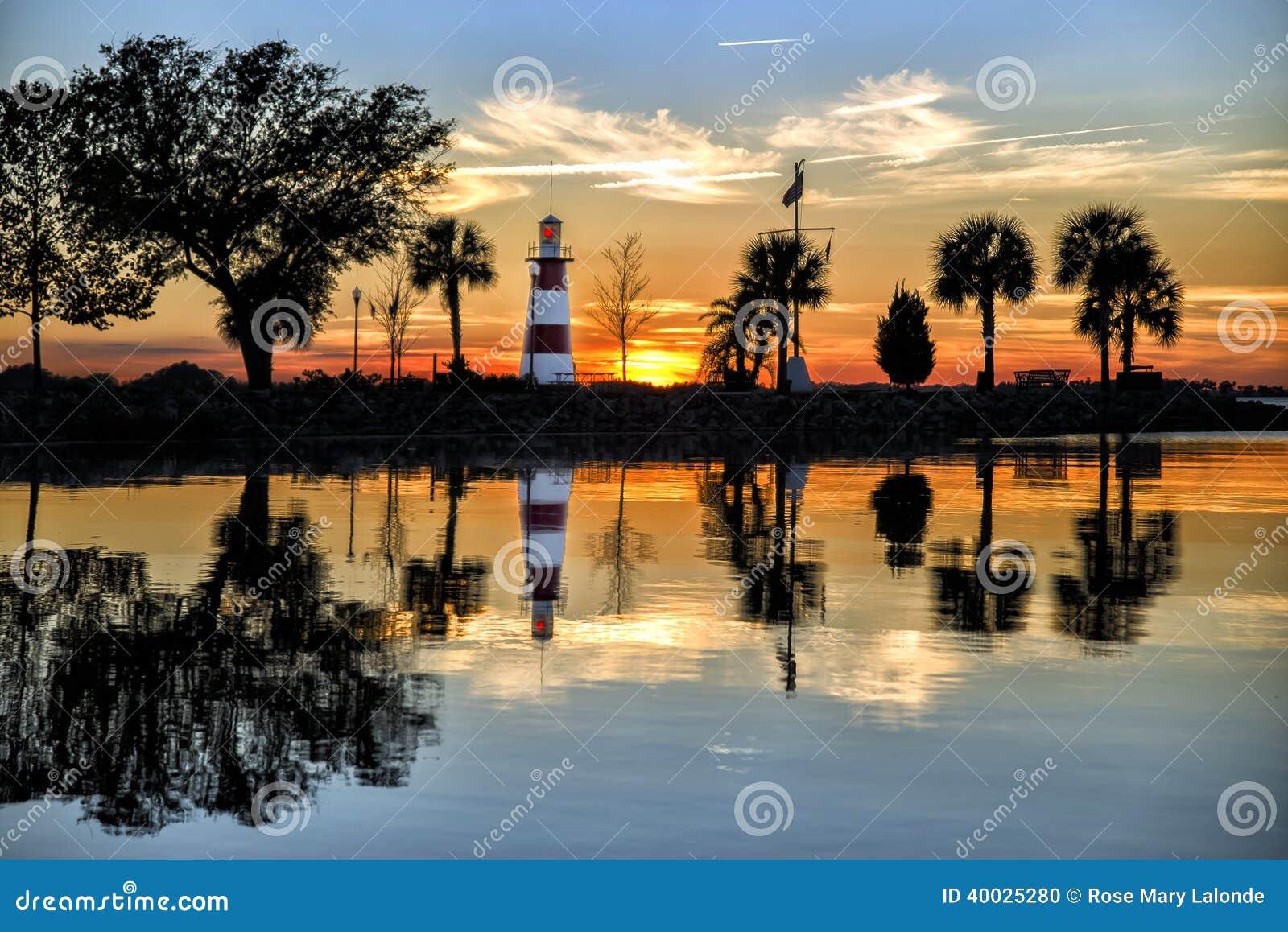 Lago Dora Lighthouse en la puesta del sol