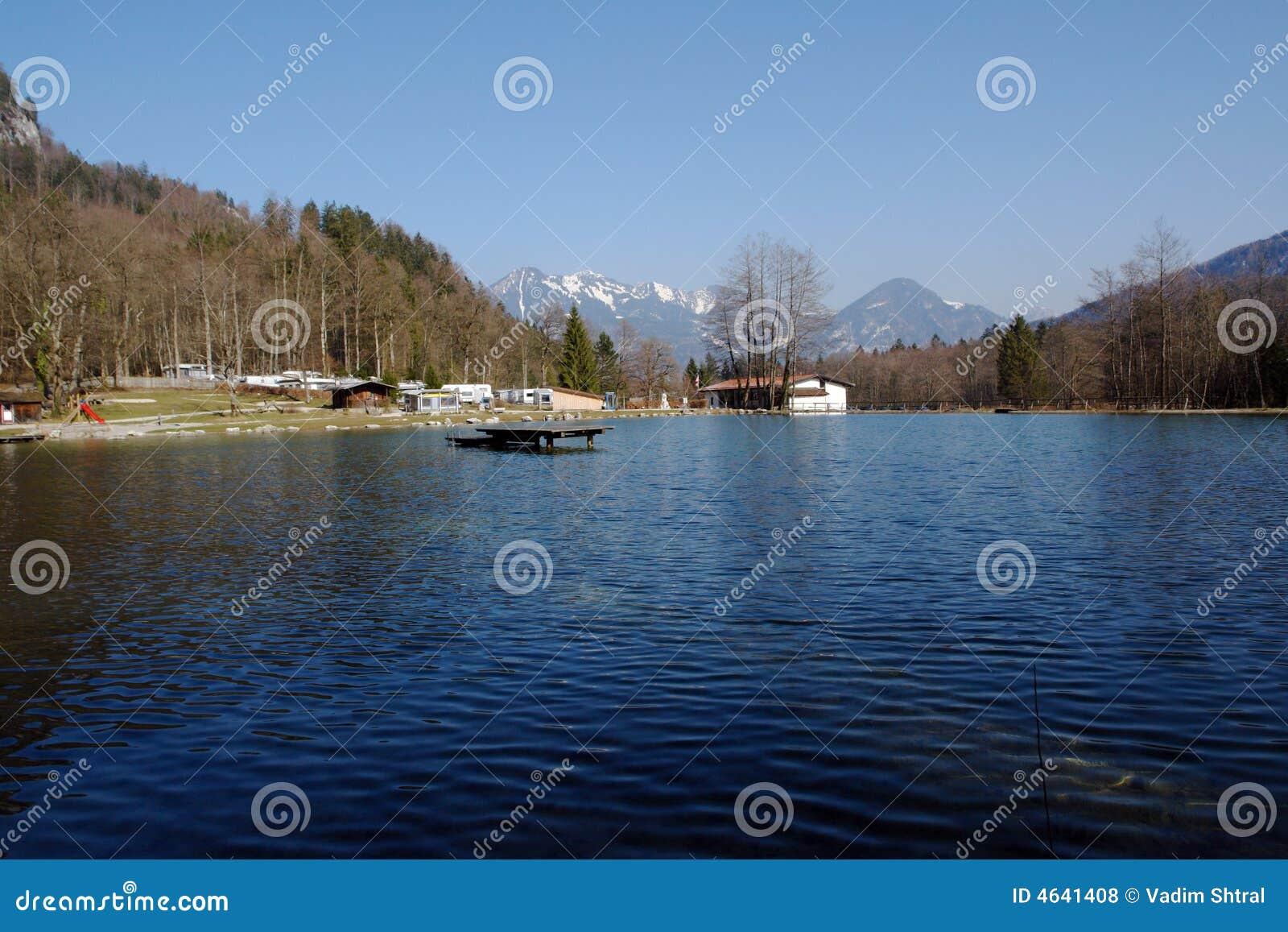 Lago e acampamento nas montanhas.