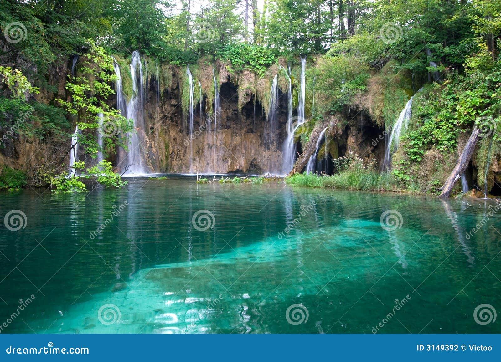 Lago e cascate