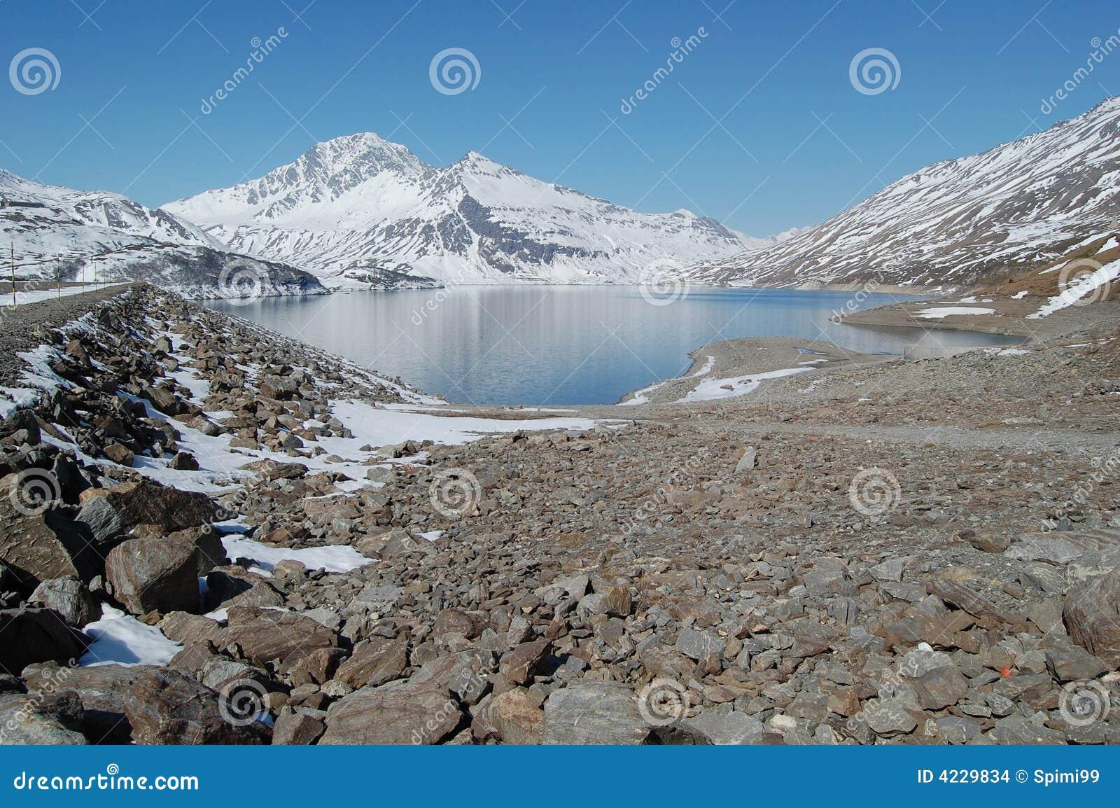 Lago e represa alpinos