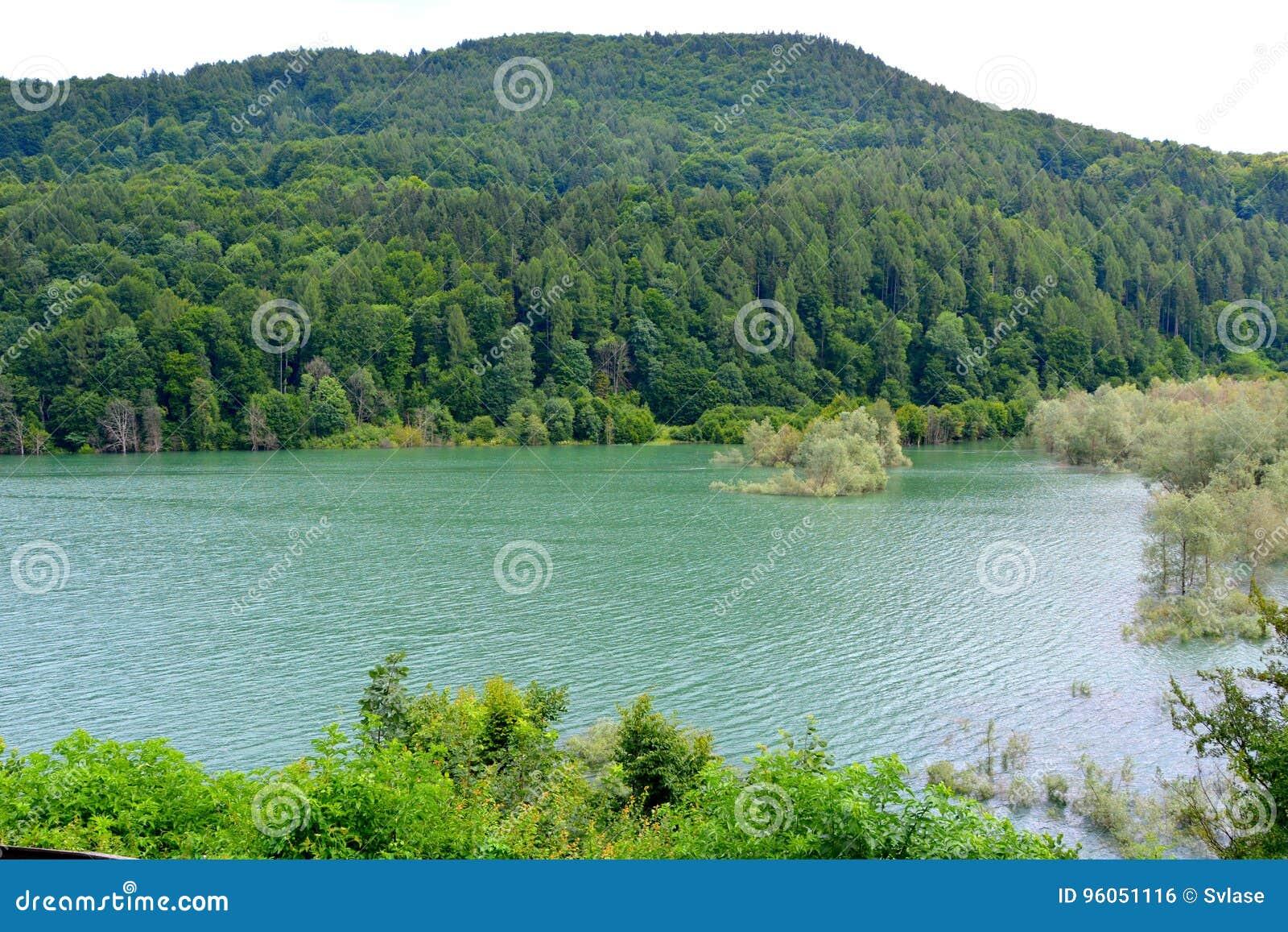 Lago e serbatoio di acqua