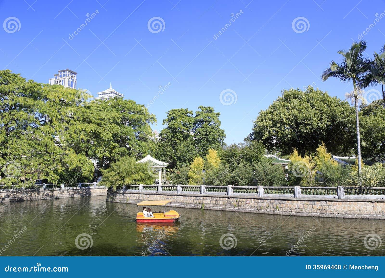 Lago en el parque de zhongshan