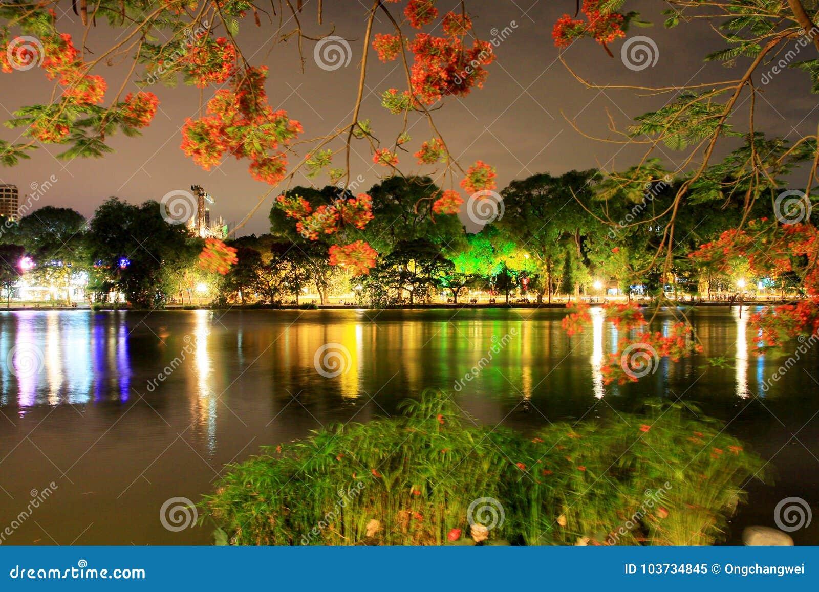 Lago en la noche, Hanoi Vietnam Hoan Kiem