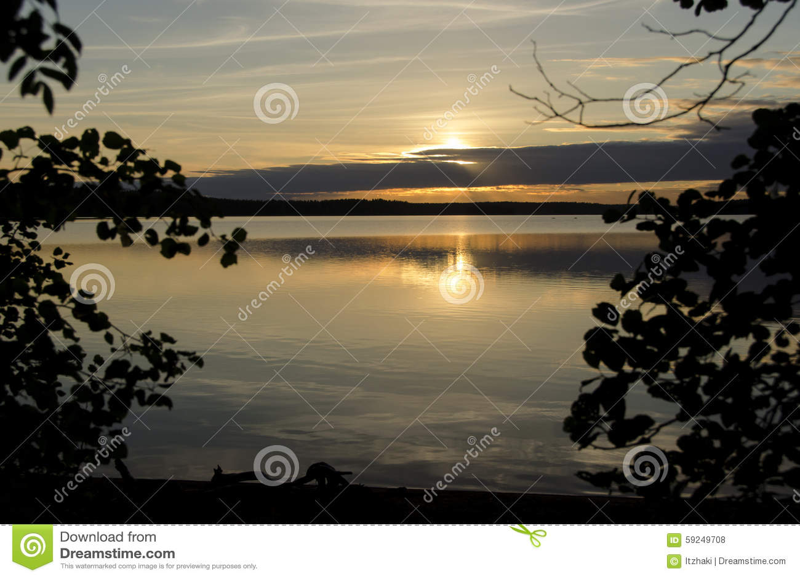 Lago en la puesta del sol en el verano