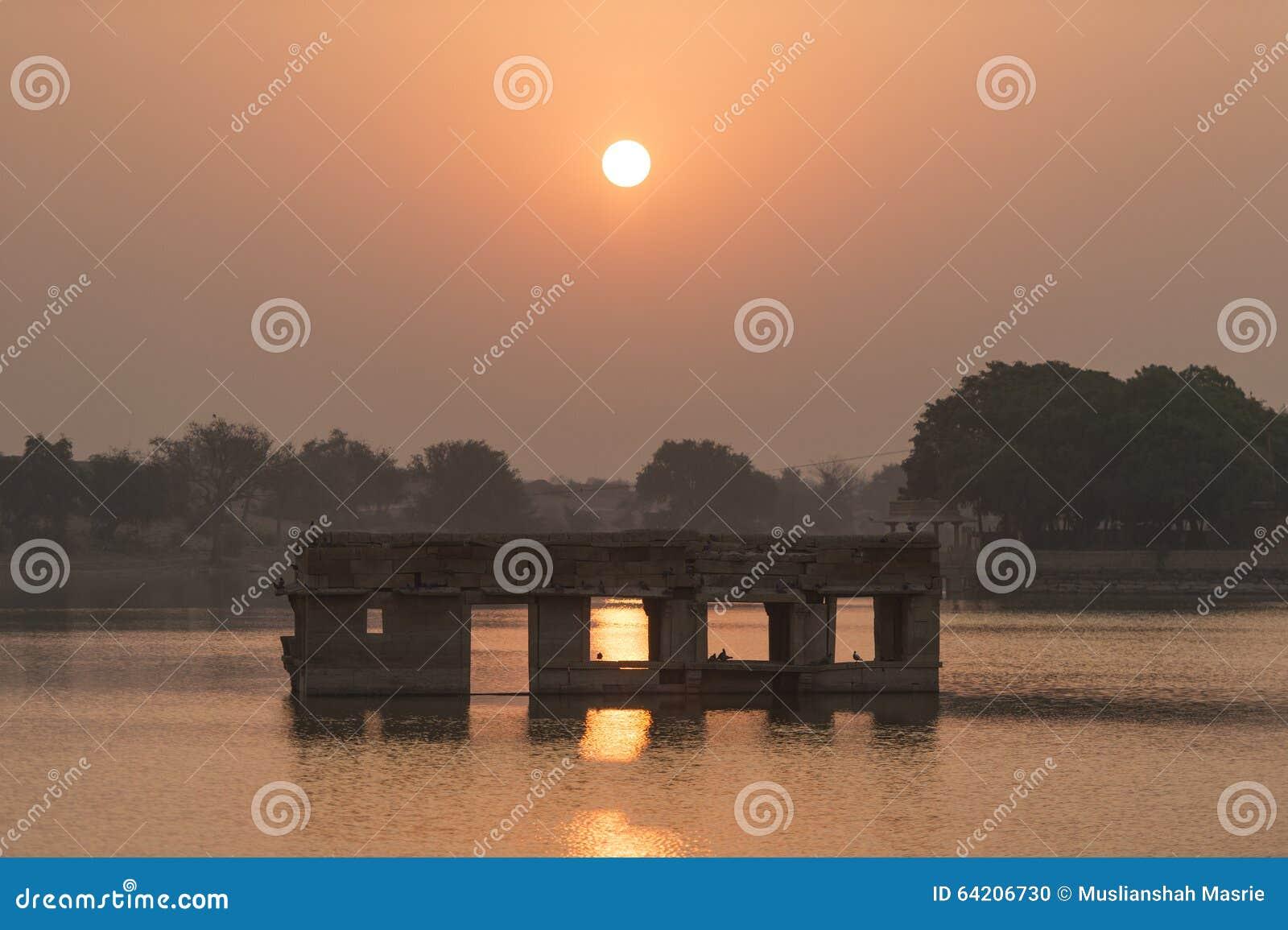 Lago Gadisar durante salida del sol