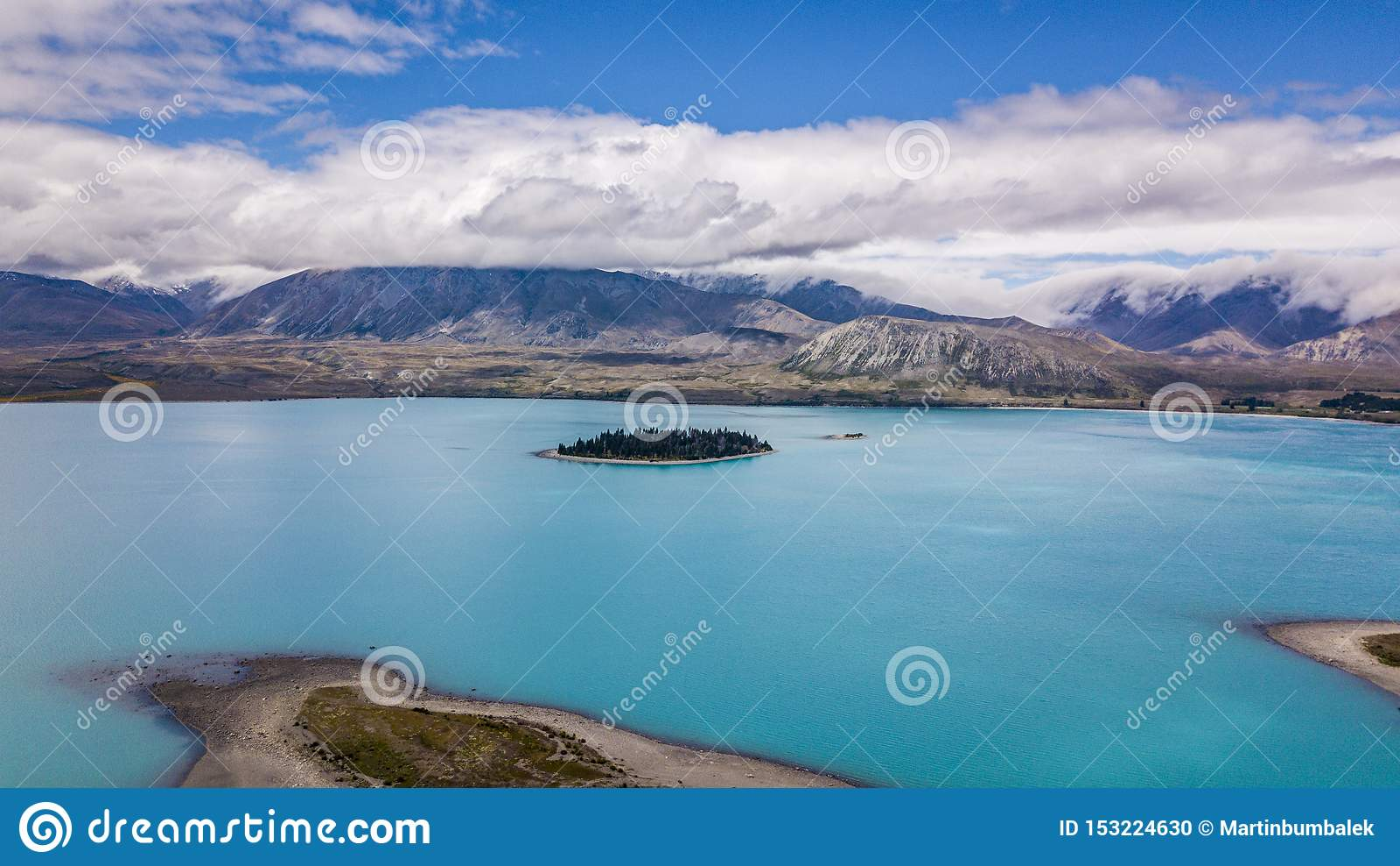 Lago glacial de surpresa com ilha