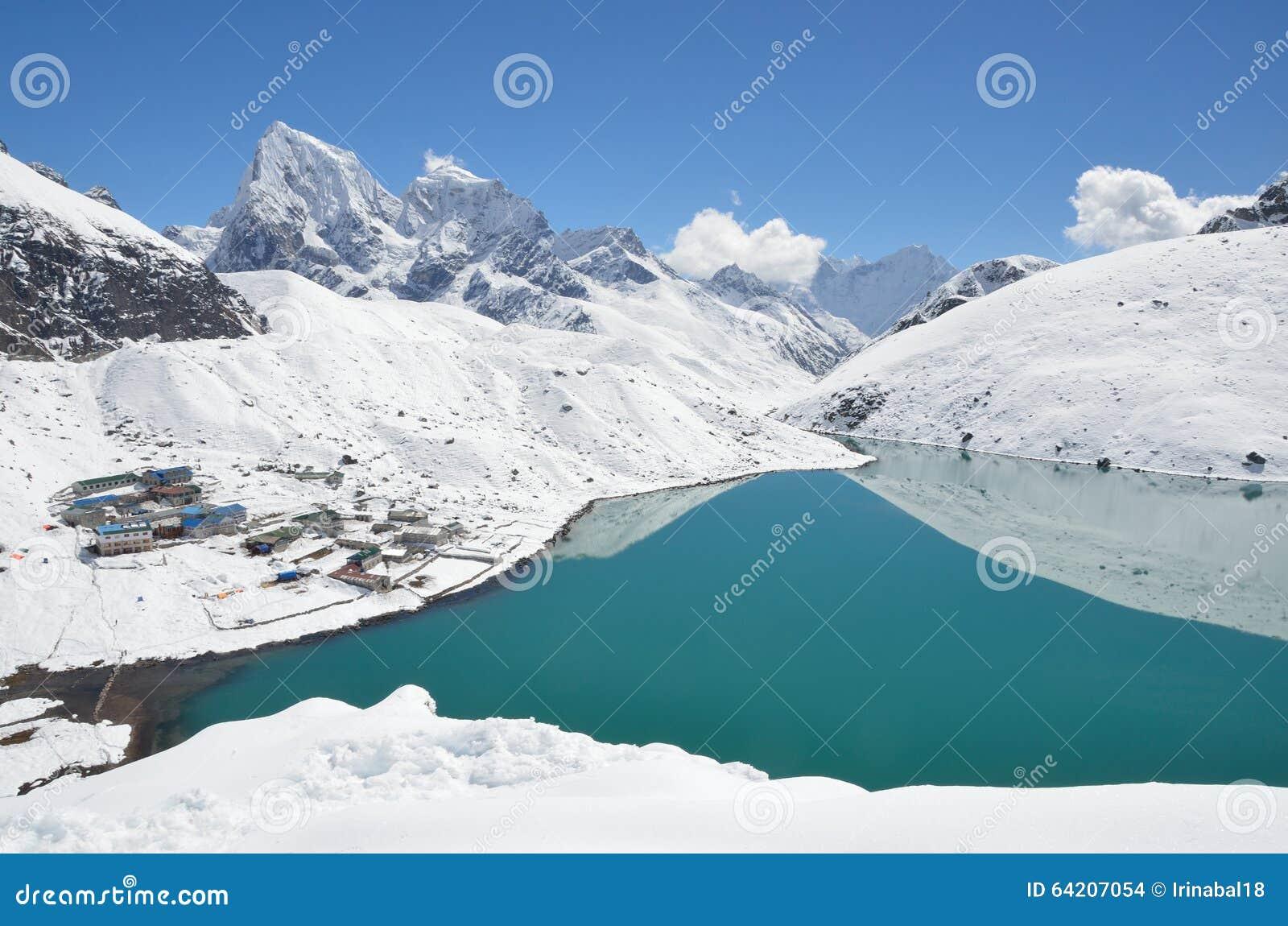 Lago Gokio en Nepal en día soleado