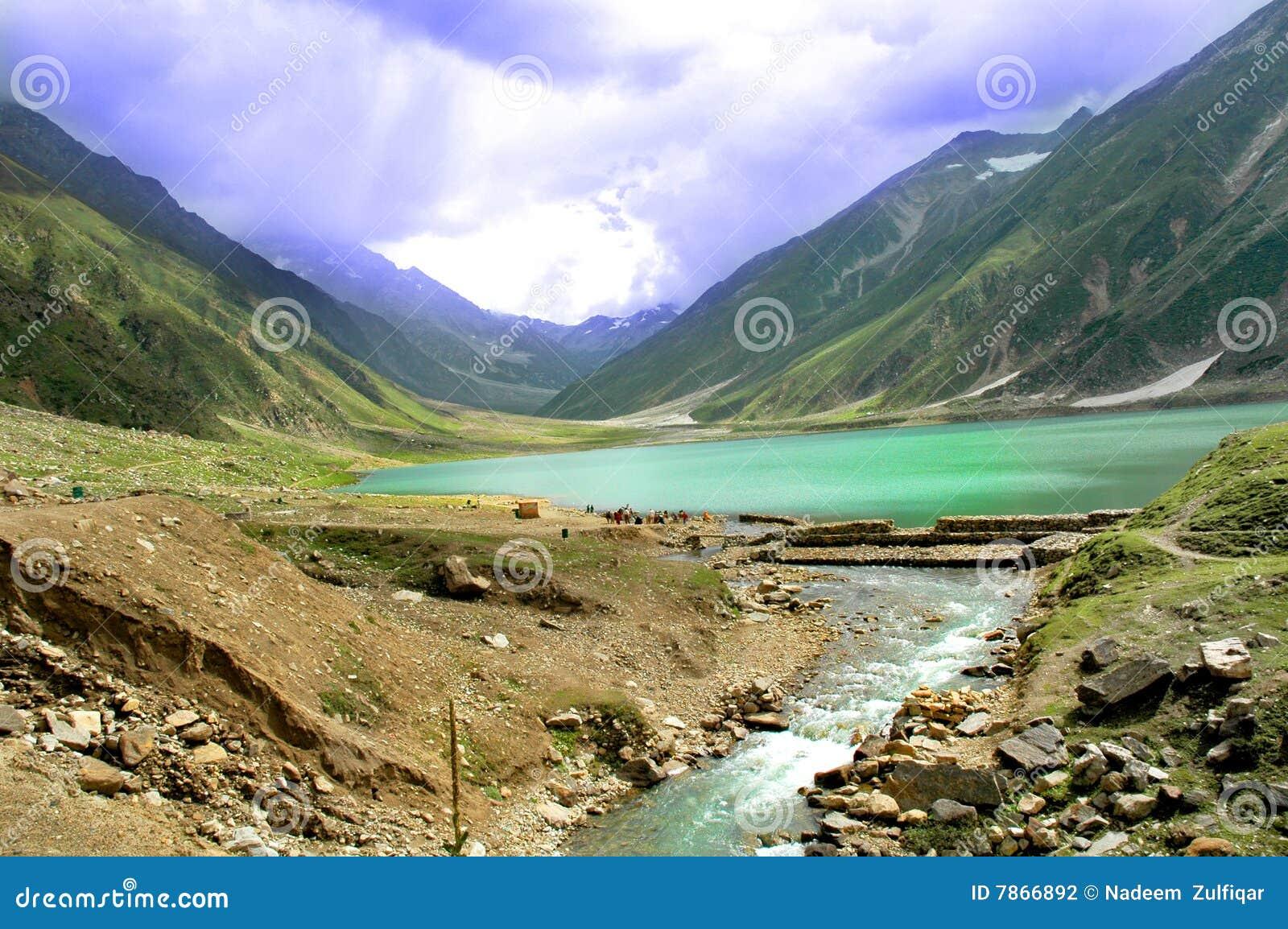 Lago hermoso en Paquistán