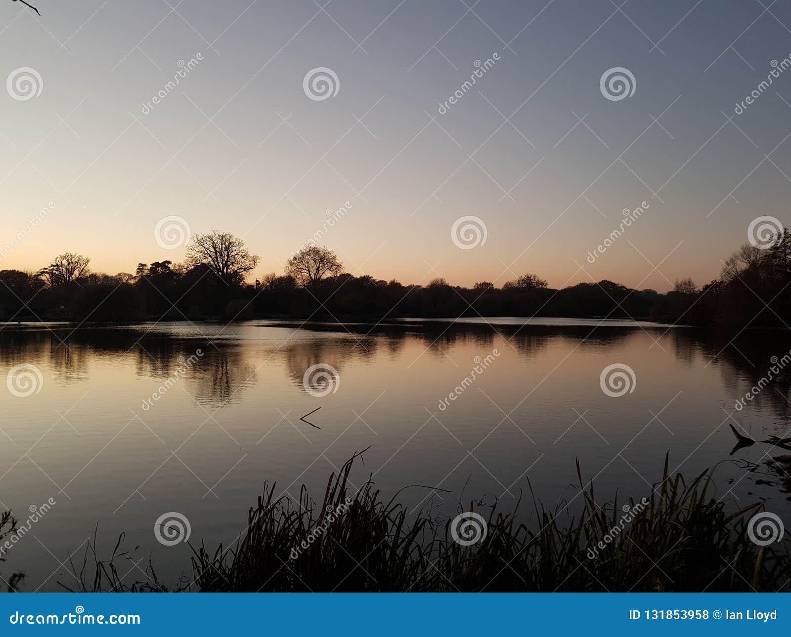 Lago iluminado por últimos raios dos dias