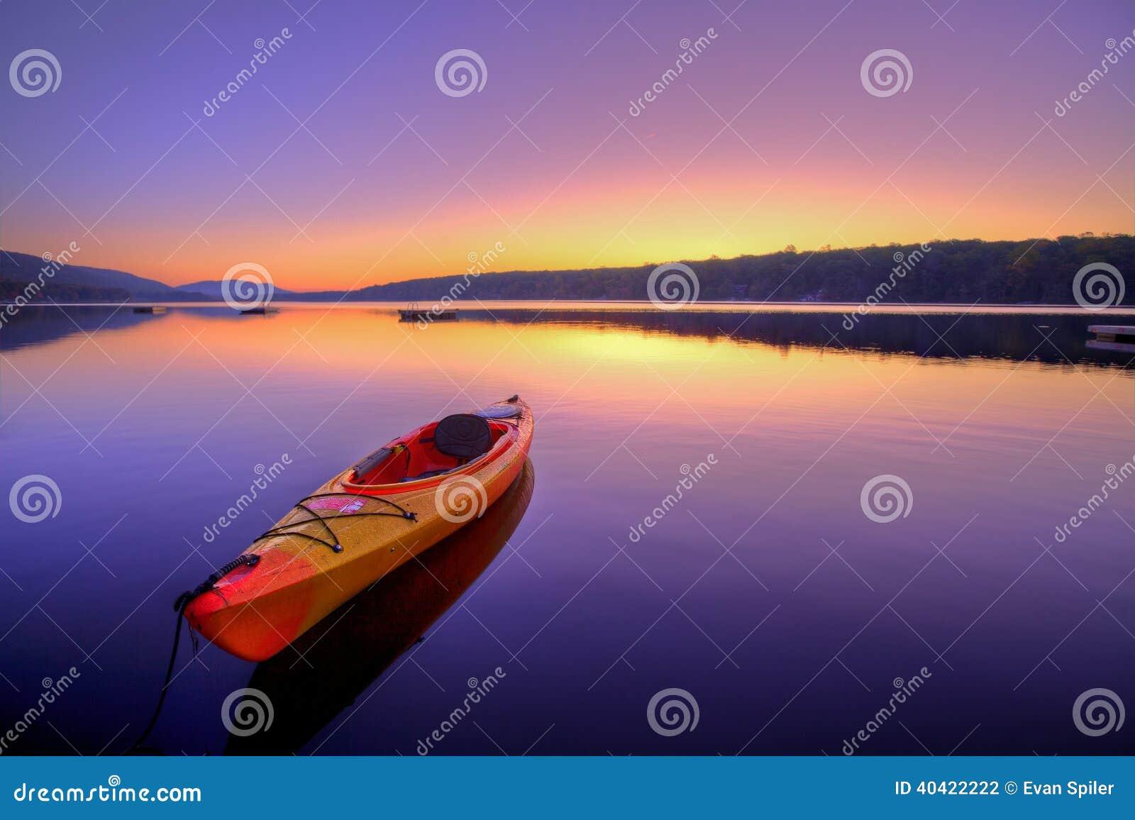 Lago kayak en la salida del sol