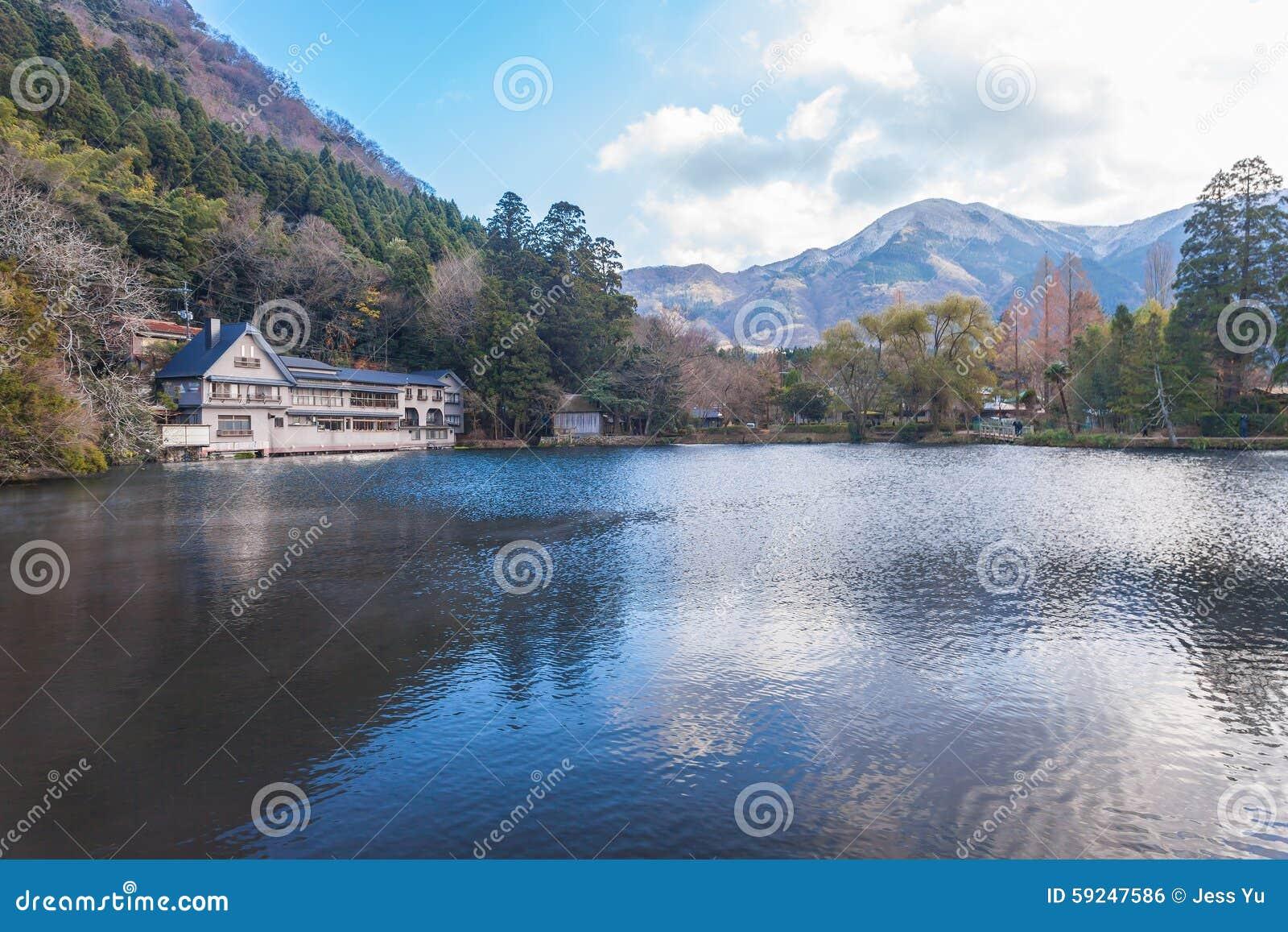 Lago Kinrinko en la ciudad Oita, Japón de Yufuin