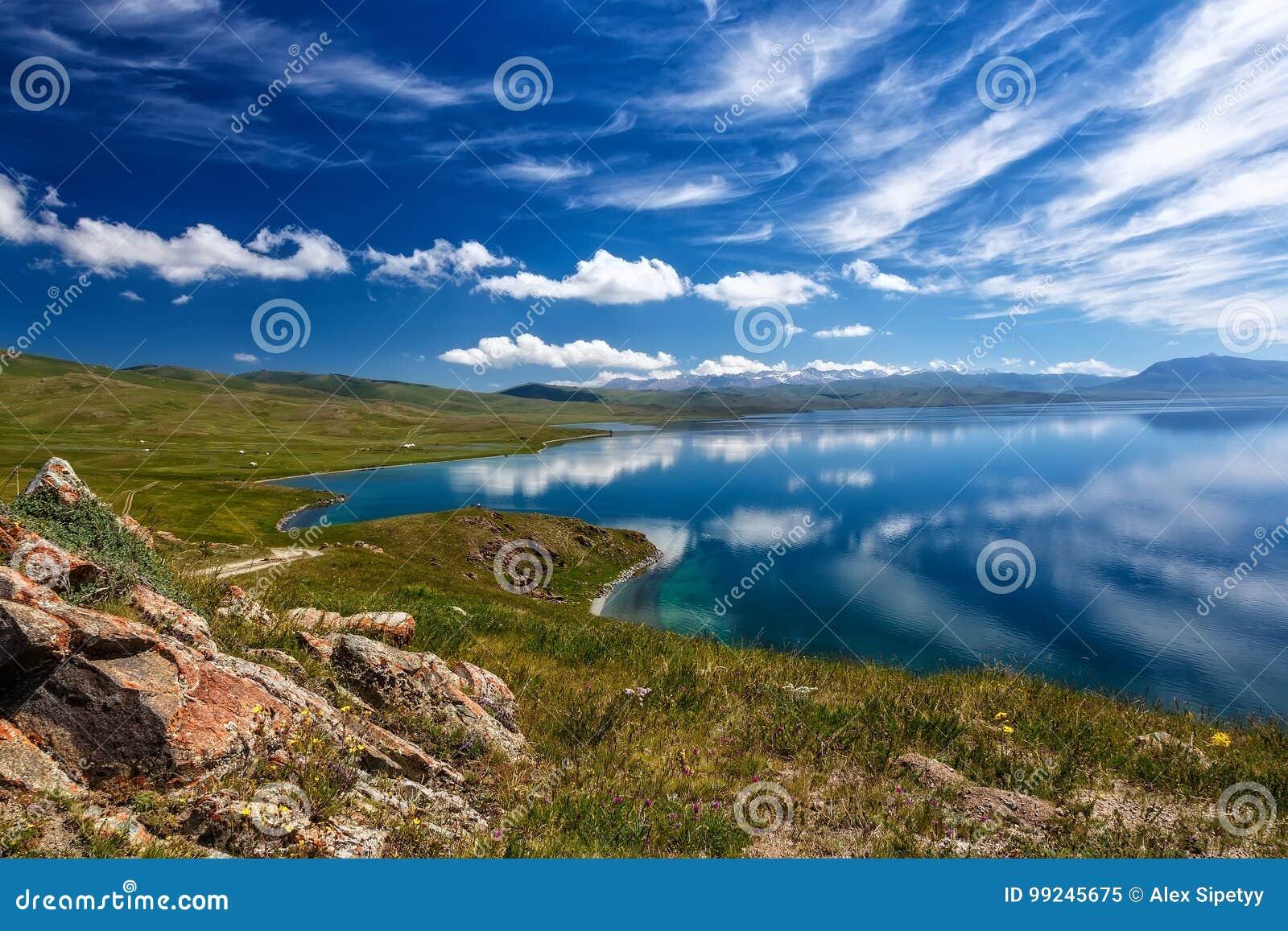 Lago Kol Di Canzone Della Montagna Belle Nuvole Riflesse In Acqua