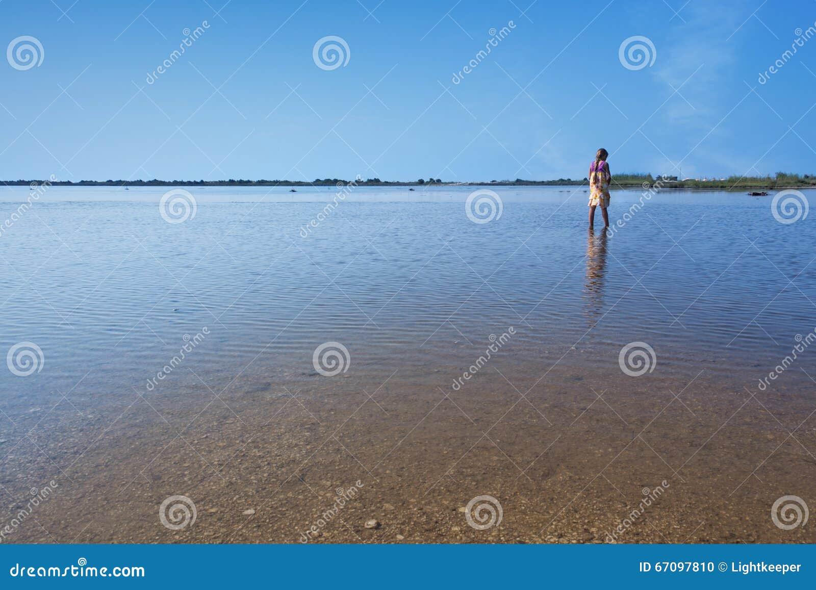Lago Korission em Corfu - com um passeio da menina
