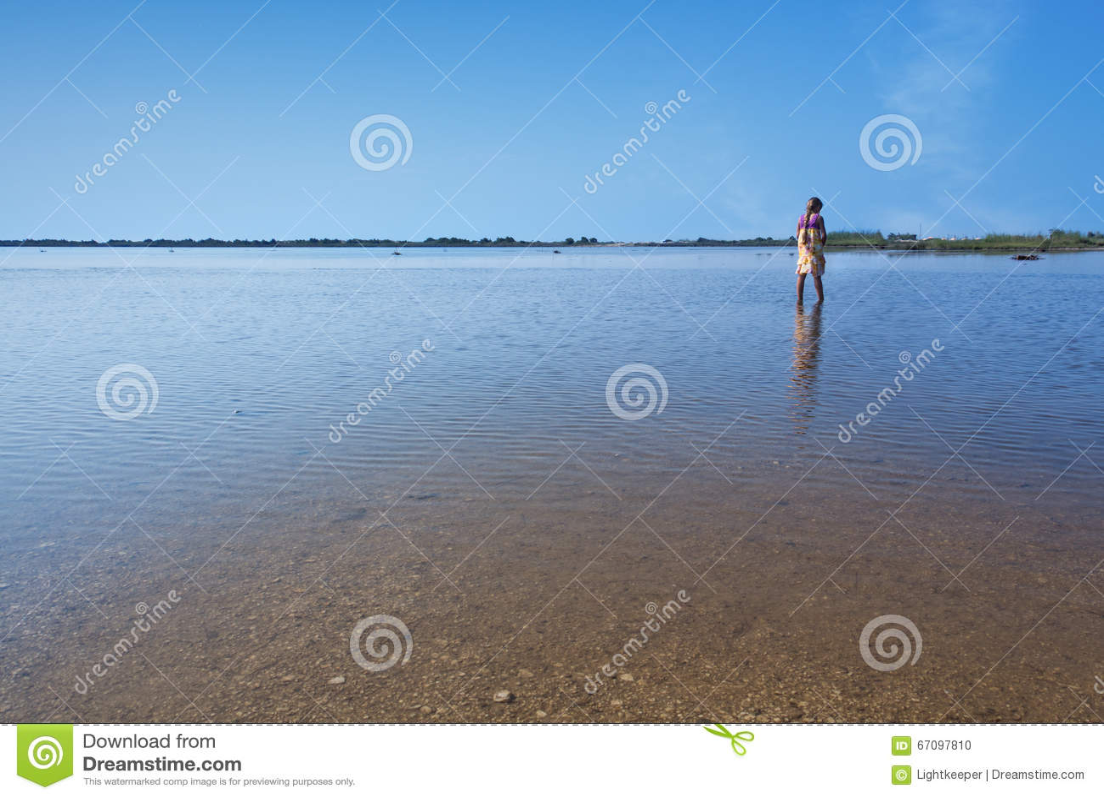 Lago Korission en Corfú - con caminar de la niña