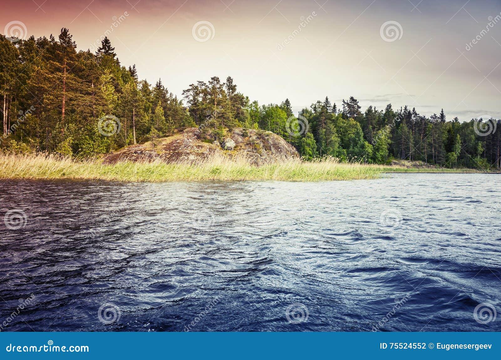 Lago ladoga, paisagem litoral colorida