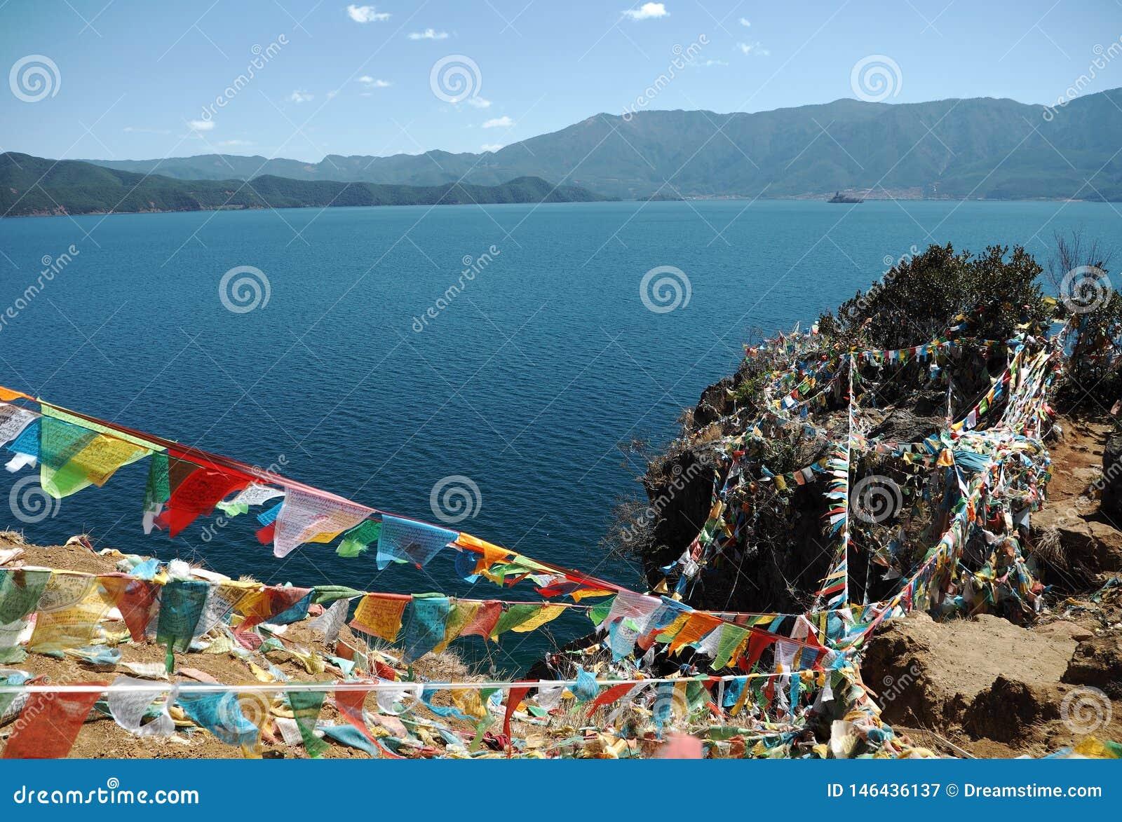 Lago Lugu con la bandiera religiosa