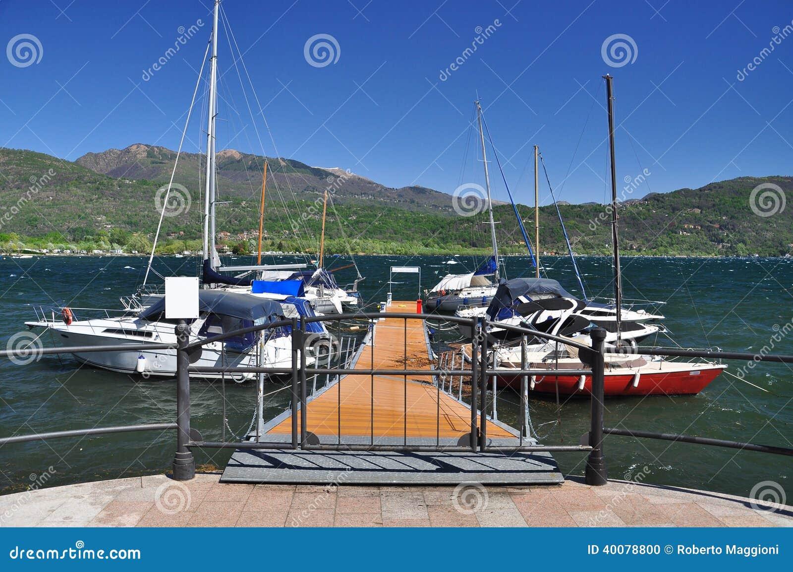 Lago Maggiore, Itália. Cais do barco de navigação