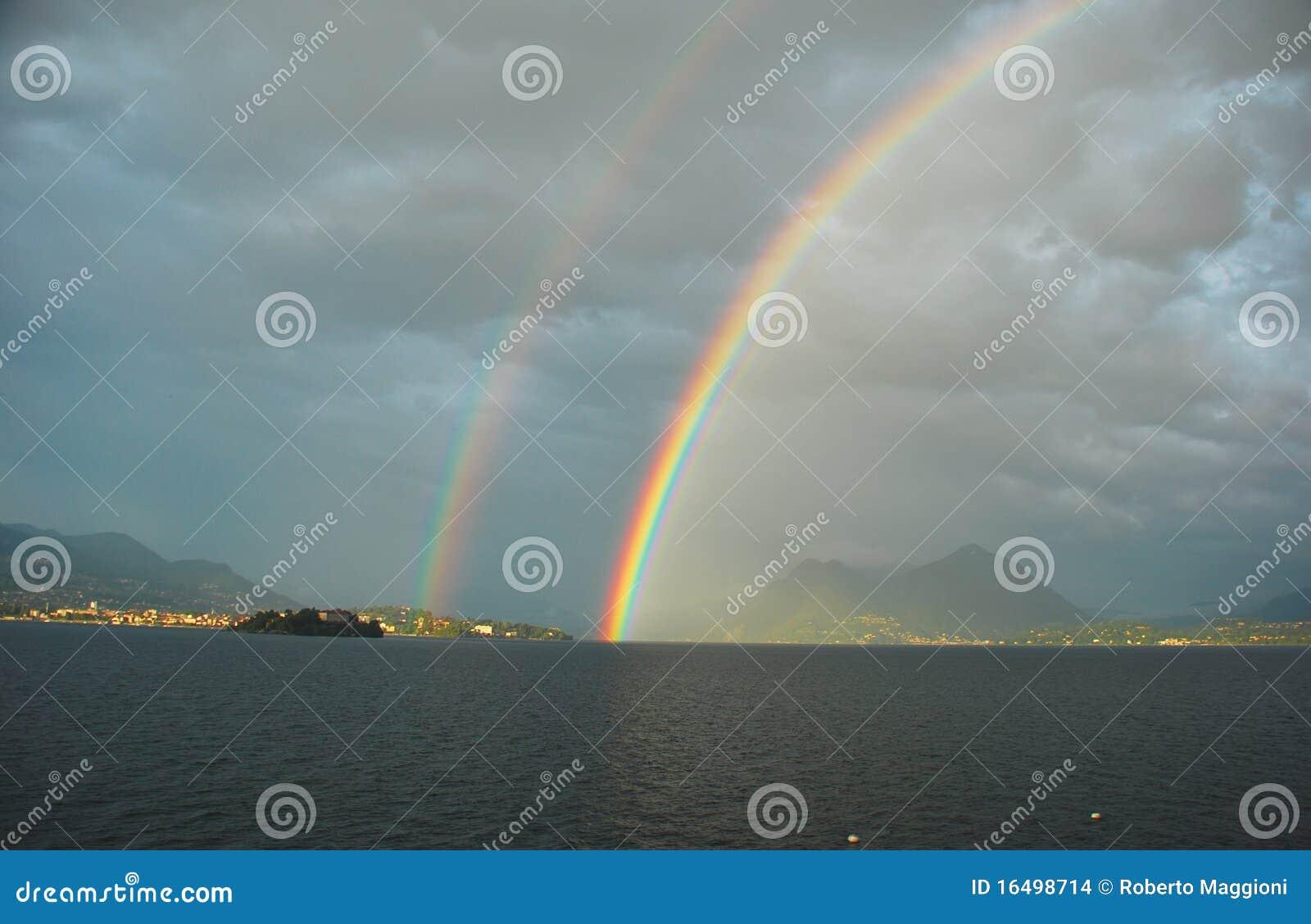 Lago Maggiore sob o arco-íris