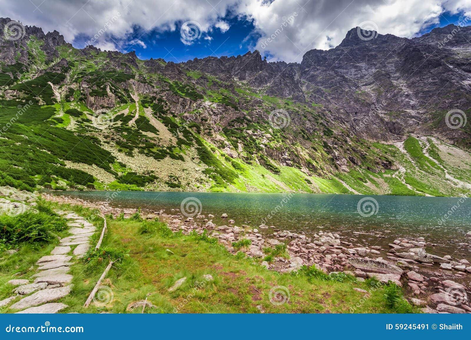 Download Lago Maravilloso En Las Montañas De Tatra En El Amanecer Imagen de archivo - Imagen de montañas, roca: 59245491