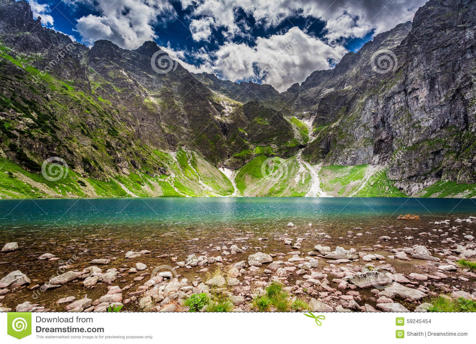 Lago maravilloso en las montañas de Tatra en el verano